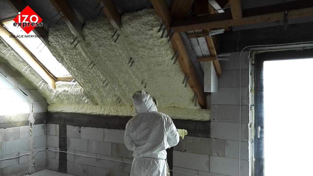 Ocieplenie poddasza Olkusz PIANKA PUR na dachu