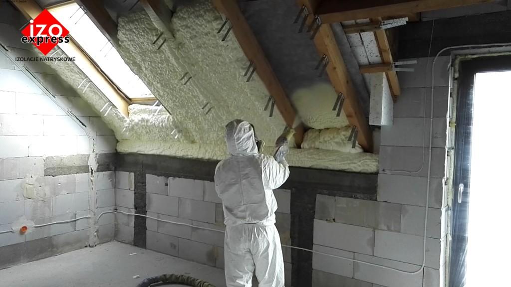 Ocieplenie poddasza Wadowice PIANKA PUR na dachu